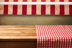 A tabela de madeira vazia coberta com o vermelho verificou a toalha de mesa Fundo para a montagem do produto Fotografia de Stock