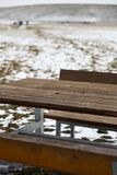 Tabela de madeira vazia com bokeh da neve para uma restauração ou um fundo do alimento foto de stock royalty free