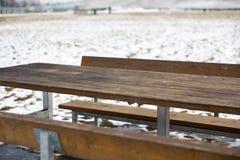 Tabela de madeira vazia com bokeh da neve para uma restauração ou um fundo do alimento imagens de stock royalty free