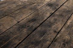 Tabela de madeira vazia com bokeh da neve para uma textura do piquenique da restauração ou do alimento fotos de stock royalty free