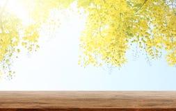 A tabela de madeira vazia com chuveiro ou a fístula dourada da cássia é um CCB foto de stock