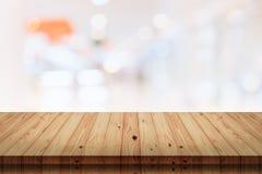 Tabela de madeira vazia com fundo do shopping do borrão Fotografia de Stock Royalty Free