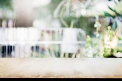 Tabela de madeira vazia com fundo exterior borrado do jardim fotos de stock royalty free