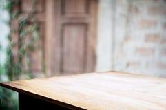 Tabela de madeira vazia com fundo exterior borrado do jardim foto de stock