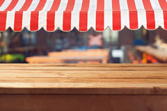 Tabela de madeira vazia da plataforma com awing para a exposição da montagem do produto fotografia de stock royalty free