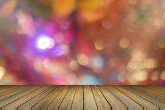 Tabela de madeira vazia e bokeh borrado fora de foco no fundo da luz da noite de Natal molde da exposição do produto Negócio atua Imagens de Stock