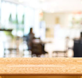 Tabela de madeira vazia e fundo borrado da luz do café disp do produto fotografia de stock royalty free