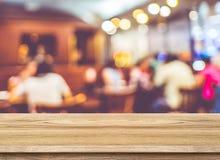 Tabela de madeira vazia e fundo borrado da luz do café disp do produto foto de stock royalty free