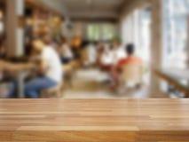 Tabela de madeira vazia e fundo borrado do café Imagens de Stock