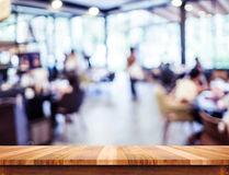 Tabela de madeira vazia e fundo borrado do restaurante disp do produto Imagens de Stock
