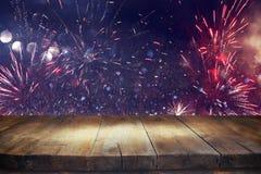 Tabela de madeira vazia na frente do fundo dos fogos-de-artifício Imagens de Stock Royalty Free