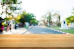 tabela de madeira vazia na frente do fundo do sumário da montagem do borrão imagens de stock royalty free