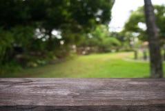 A tabela de madeira vazia na frente do sumário borrou o fundo do co Fotografia de Stock