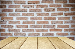 Tabela de madeira vazia sobre o fundo da parede de tijolo, exposição do produto imagem de stock royalty free