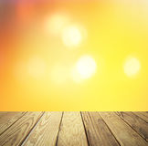 Tabela de madeira vazia sobre o por do sol borrado com fundo do bokeh Imagens de Stock Royalty Free