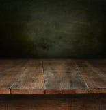 Tabela de madeira velha com fundo escuro Fotos de Stock Royalty Free