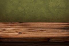 Tabela de madeira velha com fundo escuro Imagens de Stock Royalty Free