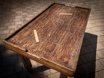 Tabela de madeira velha para jogar o futebol da tabela fotografia de stock