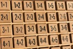 Tabela de multiplicação de madeira educacional da matemática Imagem de Stock