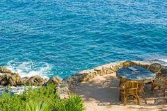 Tabela de pedra e cadeiras de vime Imagem de Stock Royalty Free