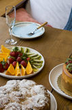 Tabela de pequeno almoço ajustada com alimento Imagens de Stock Royalty Free