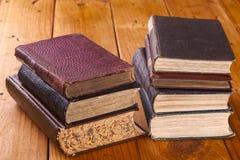 Tabela de pinho rústica velha dos livros 0n Imagens de Stock