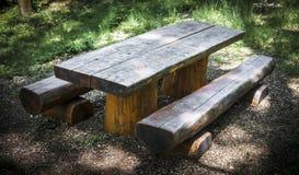 Tabela de piquenique de madeira com bancos Foto de Stock