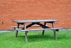 Tabela de piquenique de madeira vazia Foto de Stock