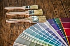 A tabela de trabalho do pintor e do decorador com casa projeta, colore o swatc fotos de stock