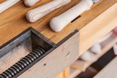 A tabela de Woodworkin para carpinteiros, srew do ferro e carvalho aplana foto de stock royalty free