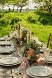 tabela decorada casamento, jantar de casamento da decoração na natureza no jardim foto de stock royalty free