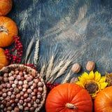 Tabela decorada com abóboras e Festival da colheita, ação de graças feliz Fotografia de Stock Royalty Free
