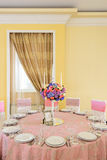 Tabela decorada com as flores bonitas no restaurante elegante para o casamento perfeito Imagens de Stock Royalty Free