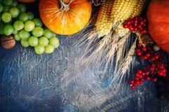 A tabela, decorada com vegetais e frutos Festival da colheita, ação de graças feliz Imagens de Stock