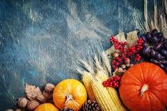A tabela, decorada com vegetais e frutos Festival da colheita, ação de graças feliz Imagens de Stock Royalty Free
