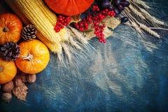 A tabela, decorada com vegetais e frutos Festival da colheita, ação de graças feliz Foto de Stock Royalty Free