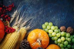 A tabela, decorada com vegetais e frutos Festival da colheita, ação de graças feliz Imagem de Stock