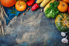 A tabela, decorada com vegetais e frutos Festival da colheita, ação de graças feliz Foto de Stock