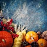 A tabela, decorada com vegetais e frutos Festival da colheita, ação de graças feliz Fotos de Stock Royalty Free