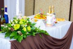 A tabela decorada do casamento para recém-casados Fotos de Stock Royalty Free