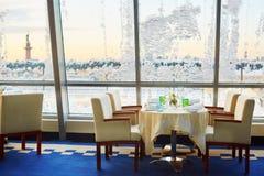 Tabela decorada do Natal perto da janela coberta com a neve Fotos de Stock Royalty Free