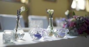 Tabela decorada para o luxo, jantar elegante, fundo do romance do jantar video estoque