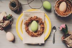 Tabela decorada para a Páscoa com ovos, flores do jacinto e a grinalda feito a mão Imagem de Stock Royalty Free