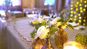Tabela decorada para um jantar de casamento As tabelas de banquete elegantes prepararam-se para uma conferência ou um partido, ta video estoque
