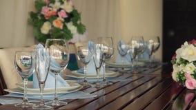 Tabela decorada para um jantar de casamento cena Close-up de elegante, tabela preparada para um jantar luxuoso filme