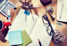 A tabela desarrumado do desenhista com nota e as ferramentas vazias Imagem de Stock Royalty Free