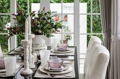 Tabela dinning de vidro com cadeira e flor fotografia de stock royalty free