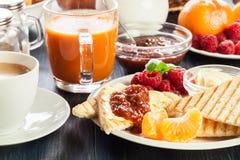 Tabela do almoço completo fresco e fotografia de stock