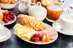 Tabela do almoço completo fresco e imagens de stock