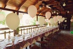 Tabela do aniversário com balões Fotografia de Stock